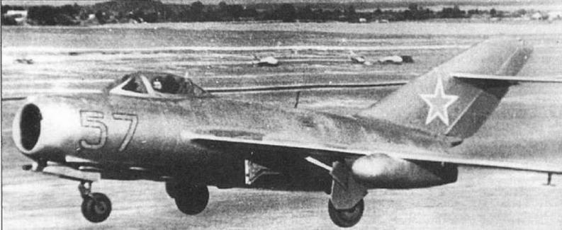 Истребитель МиГ-15бис с 260-литровыми ПТБ.