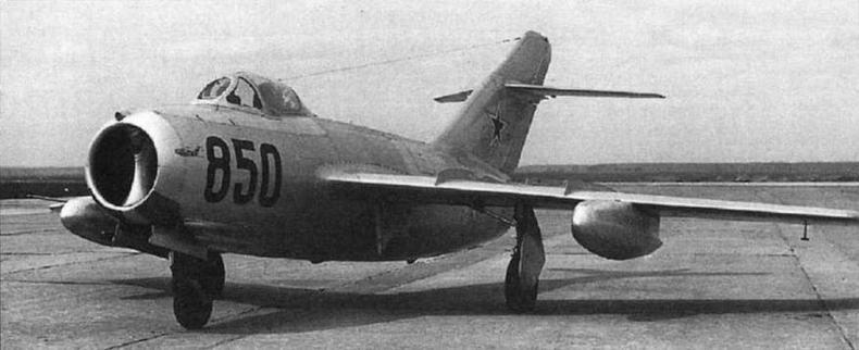 МиГ-15бис №53210850 с 300-литровыми металлическими ПТБ улучшенной формы. Впослед ствии этот самолет использовался для отработки двигателя ВК-1Ф.