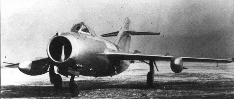 МиГ-15бис №2415398 с 300-литровыми фибровыми ПТБ улучшенной формы со стабилизатором. ЛИС завода №153, март 1952 г.