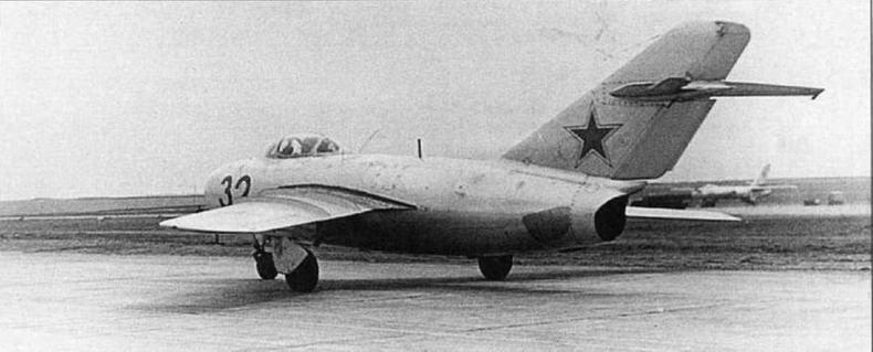 Истребитель МиГ-15бис, оборудованный реактивной системой АС-21. Под крылом самолета видно пусковое устройство ПУ-21. Лето 1957 г.