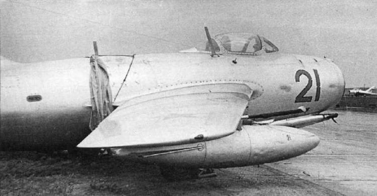 Регламентные работы на МиГ-15, пушечное вооружение демонтировано.