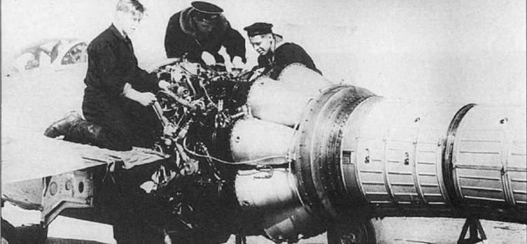 Регламентные работы на двигателе ВК-1. 524 ИАП ВВС СФ, аэр. Луастари, 1954 г. (фото С. Попсуевича).