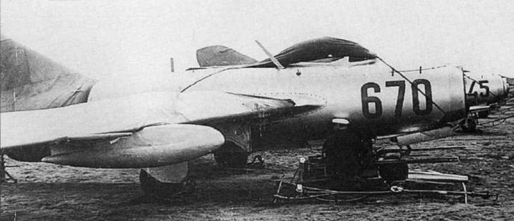 Обслуживание пушечного вооружения самолета МиГ-15бис №5321 1670. 524 ИАП ВВС СФ, аэр. Луастари, 1954 г. (фото С. Попсуевича).