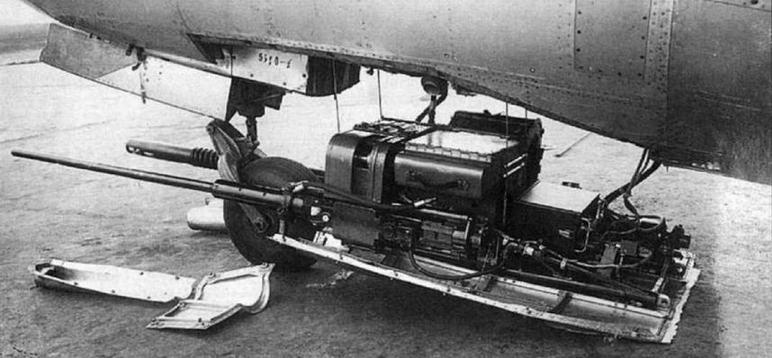 Серийный самолет-разведчик МиГ-15Рбис №55210101 с 600-литровыми ПТБ улучшенной формы и его пушечная установка.