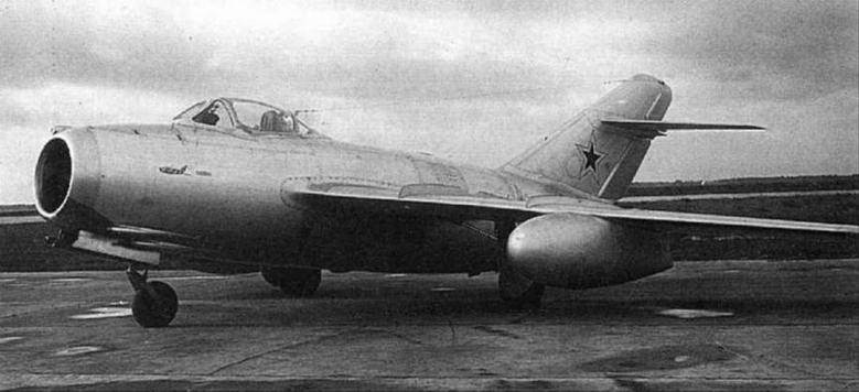 Истребитель сопровождения МиГ-15Сбис № 532101 14 с 600-литровыми подвесными баками на государственных испытаниях.