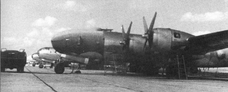 Истребители МиГ-15бис, оснащенные «гарпунами» (вверху) и бомбардировщики Ту-4, оборудованные системой буксировки. Аэродром Зябровка, лето 1952 г.