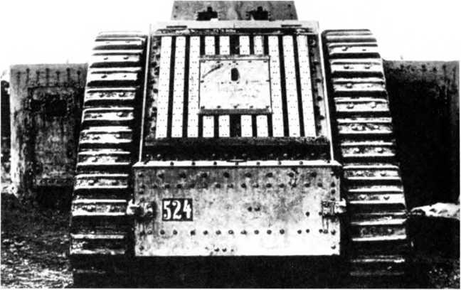 Taнк A7VU, вид с кормы. Обратим внимание на номер шасси, решетку радиатора и лючок с амбразурой.