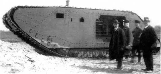 Собранный корпус танка A7VU на перекомпонованном шасси A7V №524. Испытательный полигон «Даймлер-Моторен-Гезельшафт» в Берлин-Мариенфельд. В проеме, предназначенном для монтажа спонсона, можно увидеть силовую установку танка.
