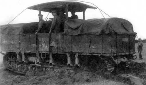 Трактор-транспортер A7V Uberlandwagen с регистрационным номером, соответствующим 3-й германской армии. На машине установлены скобы для отклонения проводов, груз на обеих частях платформы укрыт брезентом.
