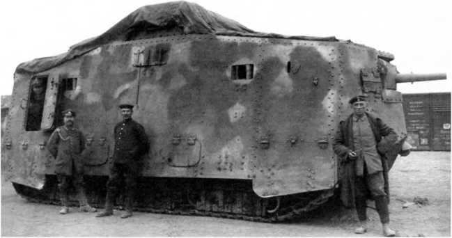Taнк A7V №505 вскоре после передачи из 1-го в 3-е «штурмовое отделение». Апрель 1918г. Танк несет ранний вариант камуфляжной окраски, крестов и тактических номеров пока нет. Обратим внимание на «козловую» установку орудия, а также на вспомогательную мушку, надетую на ствол орудия.