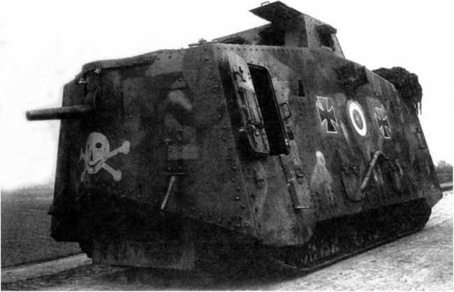Танк A7V №560 (с корпусом «Рёхлинг» второго заказа) из состава 1-го «штурмового отделения». Обратим внимание на отсутствие смотровых лючков по бокам от орудийной установки, на наличие лючка для стрельбы из личного оружия в левом лобовом листе.