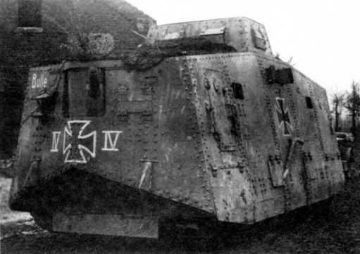 Танк ATV №540 из состава 2-го «штурмового отделения». Маршьен-о-Пон, середина апреля 1918г. Танк — с корпусом «Крупп», тумбовой артиллерийской установкой, полными бронеэкранами ходовой части. Ранний вариант обозначений включает по одному «железному кресту» на бортах, лобовой и кормовой частях, тактический номер «IV» и имя «Bulle». Обратим внимание на то, что при полном повороте артиллерийской установки влево прорезь маски пушки для прицела перекрывается краем амбразуры.