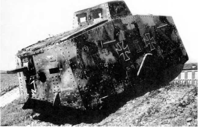 Танк A7V №525 «Зигфрид» из состава 2-го «штурмового отделения». На броне танка отмечены 520 попаданий, полученных в бою у Реймса 15 июля. Танк с корпусом «Рёхлинг» второго заказа, без смотровых лючков, но со смотровой щелью и лючком для стрельбы в лобовых листах корпуса. Фальшивые «смотровые лючки» включены в рисунок камуфляжа.