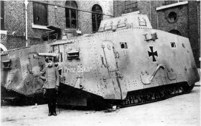 Танки A7V №564 «Принц Оскар» (на переднем плане) и №503 «Фауст» 3-го «штурмового отделения» во дворе школы в Маршьен-о-Пон, май 1918г. Танки 3-го отделения долго несли по одному кресту на бортах и не имели видимых тактических номеров.
