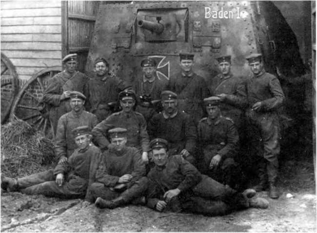 Танк A7V№ 505 «Баден-I» и его экипаж из состава 3-го «штурмового отделения». Танк еще несет раннюю камуфляжную окраску, но уже с «железными крестами» и именем машины. Вспомогательная мушка со ствола орудия снята. Танкисты — в повседневной форме.