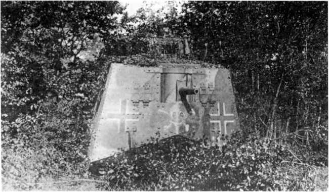 Танк A7V из состава 1 — го «штурмового отделения» во время показательных учений в Саши в октябре 1918г.