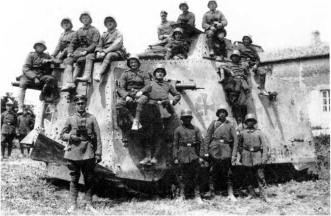 Экипаж танка A7V №528 «Хаген» 2-го «штурмового отделения» позирует, буквально облепив свою боевую машину. Июнь-июль 1918г. Танк — с корпусом «Рёхлинг» второго заказа. Обратим внимание на дополнительное бронирование рубки управления, облегченный вариант бронирования кожухов пулеметов. Танкисты экипированы подобно бойцам пехотных штурмовых групп.