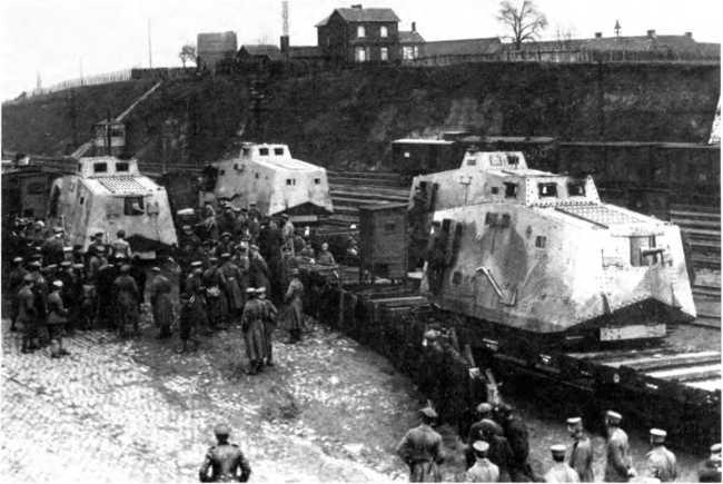 В Монсё-сюр-Самбр (Шарлеруа) прибыли с завода четыре A7V с корпусами «Крупп» и «Рёхлинг». Конец марта 1918г. Обратим внимание на полное бронирование ходовой части, тумбовые орудийные установки и удлиненные выхлопные трубы танков.