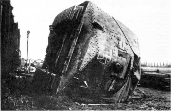 Танк A7V №507 из 1-го «штурмового отделения», опрокинутый при погрузке на железнодорожную платформу на станции Сен-Кантен, 27 марта 1918г.