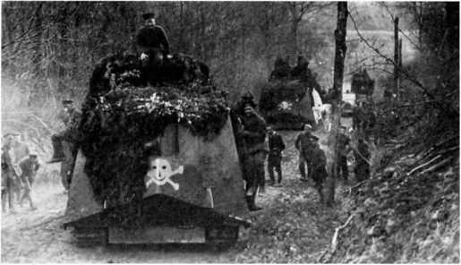 Танки 1-го «штурмового отделения» выдвигаются лесной дорогой на исходную позицию для атаки. Конец мая — начала июня 1918г.