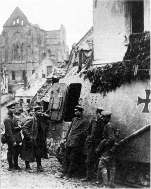 Экипаж танка A7V на отдыхе в разрушенном селении в районе Виллер-Бретонне. Апрель 1918г. На рубке управления и крыше корпуса видна маскировочная сеть.