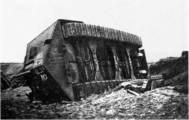 Танк A7V №542 «Эльфриде», опрокинувшийся при переходе через воронку у Виллер-Бретонне. Хорошо видны незащищенное днище танка, выступающие картеры бортовых передач.