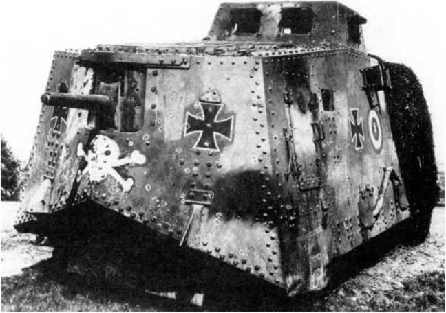 Танк A7V №562 из состава 1-го «штурмового отделения», начало мая 1918г. На лобовой части обведены места попаданий вражеских пуль в бою у Виллер-Бретонне.