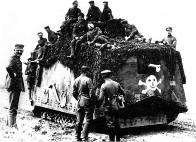 Танк №560 из 1-го «штурмового отделения» возле Марселькав сразу после боя у Виллер-Бретонне, 24 апреля 1918г. Танк — в походном положении, накрыт масксетью. Члены экипажа отдыхают на крыше. Справа (в районе левой передней двери) виден командир машины лейтенант Фолькгайм.