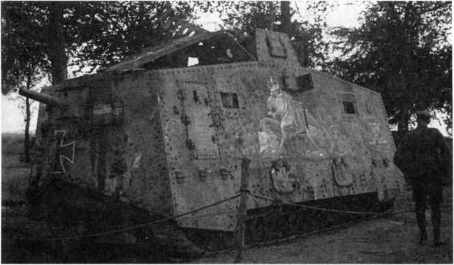 Германский танк №506 «Мефисто», ставший трофеем австралийской пехотой. На борту корпуса уже нарисован британский «имперский» лев, наложивший лапу на A7V, и обозначена дата, когда он был выведен из строя.