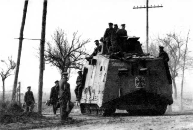 """Танк A7V №504 """"Шнук"""" 2-го """"штурмового отделения"""" на марше, начало мая 1918г. Пулеметы убраны внутрь машины."""