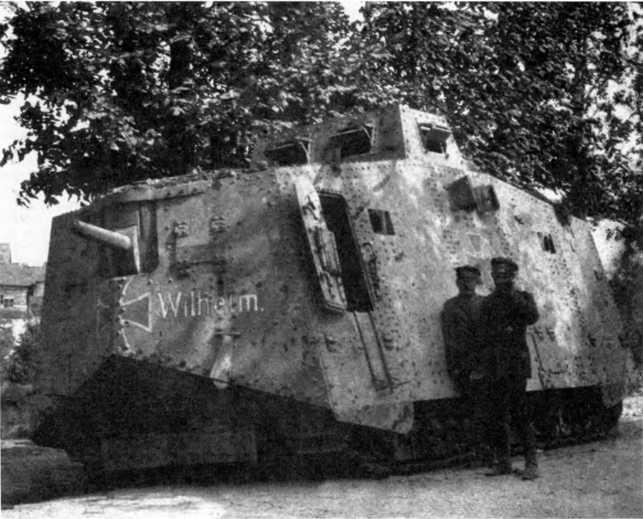 Танк A7V №503 с именем «Вильгельм» из 3-го «штурмового отделения», конец июня 1918г. Пулеметы убраны, верхняя рубка — без дополнительной бронезащиты. Обратим внимание на открытые смотровые лючки, запоры двери корпуса и съемную ступеньку под дверью.