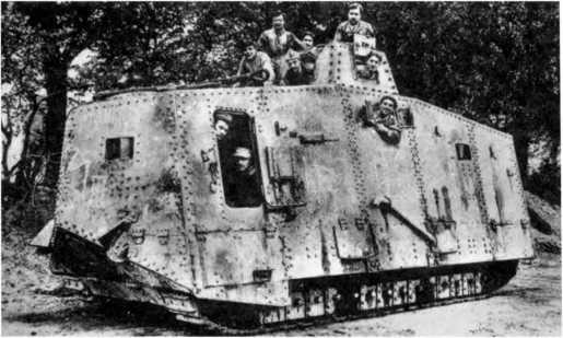 Французские солдаты позируют в трофейном танке A7V №542 «Эльфриде» (вид с кормы). Обратим внимание на «крупповский» бронекорпус, массивное (ранний вариант) бронирование кожуха сохранившегося пулемета, а также на форму обрезанного экрана ведущего колеса. На крыше корпуса уложен буксирный трос.