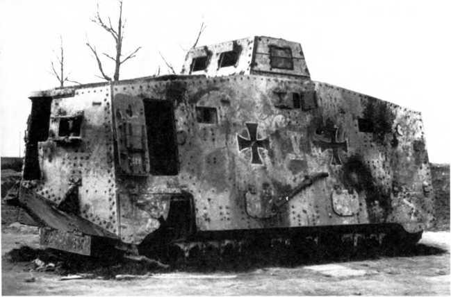 Танк A7V №529 «Никсе-II», принадлежавший 2-му «штурмовому отделению» и подбитый у Реймса, конец 1918-го или начало 1919г. Танк несет на борту два «железных креста» с белым контуром и номер «V»; уже частично разобран французами.