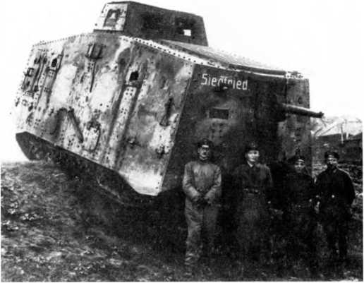 Танкисты 2-го «штурмового отделения» с танком A7V №525 «Зигфрид» в ходе занятий в Маршьен-о-Пон (Шарлеруа), сентябрь 1918г. Танкисты — в рабочих комбинезонах и в повседневной форме. Установлено дополнительное бронирование рубки и пулеметных амбразур. Танк еще не получил новой камуфляжной окраски, на борту — тактический номер «II», «железные кресты» замазаны, прямые еще не нанесены.