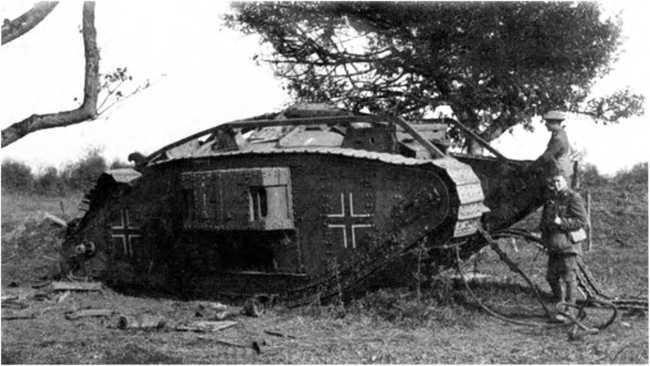Дважды трофейный. Поврежденный в бою танк Mk IV «самка» из состава германского танкового «штурмового отделения» взят британскими солдатами. Танк несет прямые кресты.