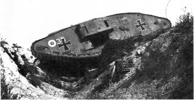 Танк Mk IV «самка» из состава германского «штурмового отделения» застрял на местности. Стоит отметить, что наряду с принятой в германских «штурмовых отделениях» системой опознавательных знаков — «железные кресты», тактический номер в окружности, имя «Лотте» — видны цифры «30», видимо, оставшиеся от исконных владельцев.