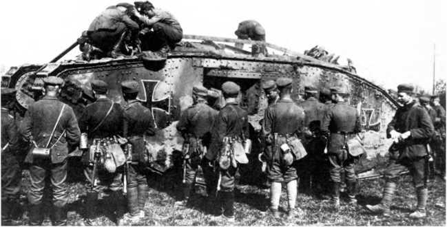 Германские танкисты и пехотинцы возле танка Mk IV «самец» (Beutepanzer wagen IV) германского танкового «штурмового отделения».