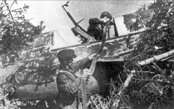 Погрузка боекомплекта в хвостовую кабину СБ-2, лето 1941 года.