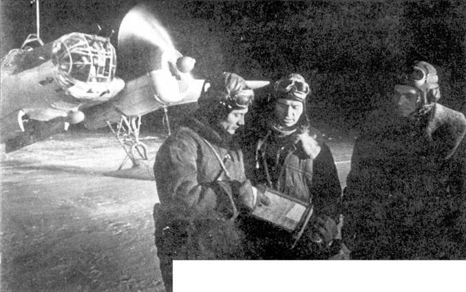 Экипаж самолета СБ-2М-100А перед ночным вылетом. Самолет прогревает моторы. Юго- Западный фронт, мирт 1942 года.
