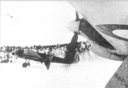 Аэродром Ваенга, осень 1941г. На переднем плане Hawker Hurricane из 151<sup>st</sup> Wing RAF, на заднем — УСБ 72-го CFG. ВВС Северного флота, Мурманская область.