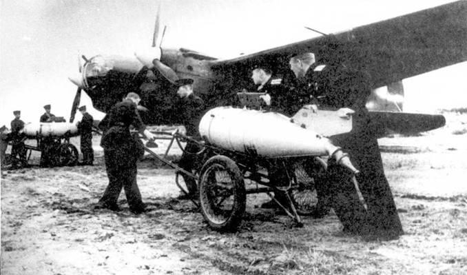 СБ-2М-103 1-го гвардейского минно-торпедного полка Балтийского флота перед вылетом. Самолет оснащен выливным прибором ВАП, заполненным жидким фосфором, 1943 год.