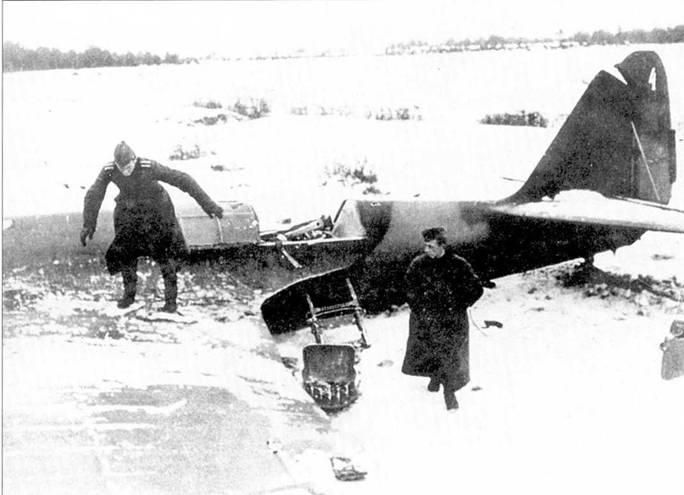 Довольно необычно окрашенный СБ-2, зима 1941/42г.г. Необычность камуфляжа заключается в его регулярности. Почти уверенно можно сказать, что пятна сделаны темно-зеленой и коричневой краской. Такой камуфляж появился осенью 1941 года на старых самолетах.