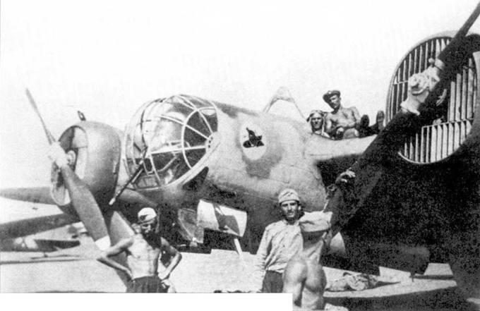 Болгарский СБ-2 с эмблемой 1. ято/5. орляк. Эмблема нанесена на цветное пятно. Снимок сделан летом 1941 года, на что указывают желтые элементы быстрой идентификации на капотах двигателей и руле направления самолета на заднем плане.