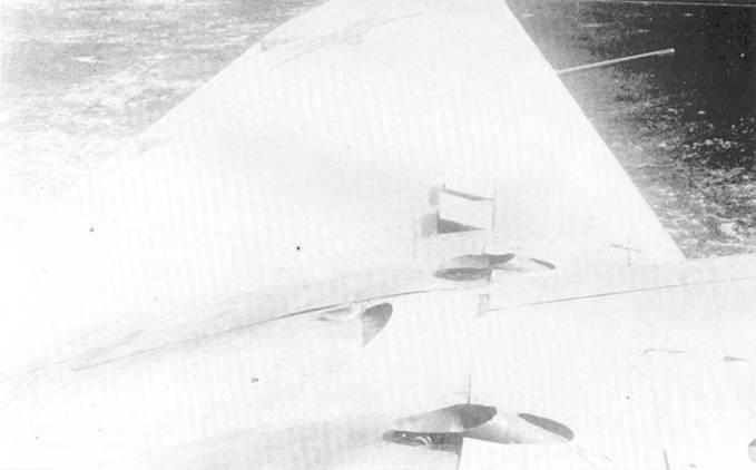 Левое крыло СБ-2М-100. Видны выхлопные патрубки.