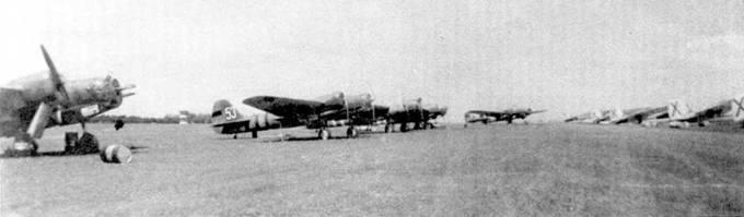 Трофейные республиканские СБ на аэродроме Севильи, справа самолеты Капрони Ca. 310.