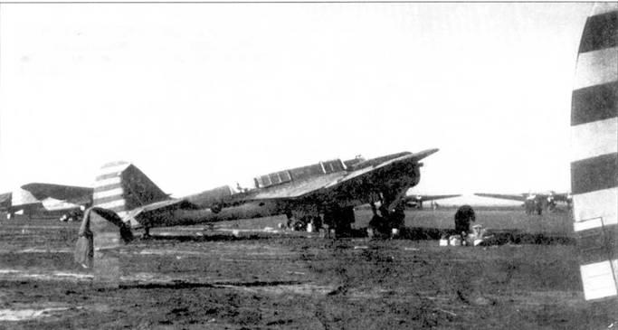 Китайский СБ-2М-100А. Верхняя сторона самолета кистью выкрашена в зеленый цвет. Видны белые и синие полосы на руле направления, что отличало самолеты Гоминьдана.