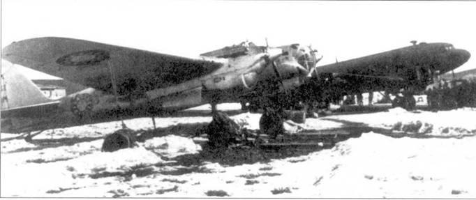 СБ-2М-103 в серебристой окраске. На фюзеляже, крыльях и руле направления китайские опознавательные знаки.