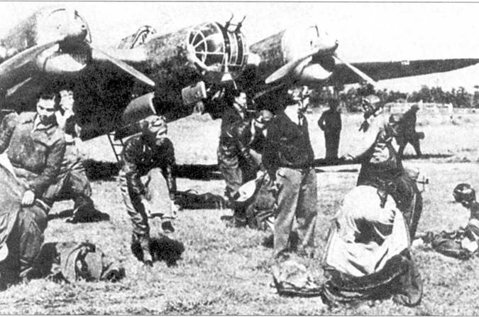 Экипажи китайских СБ-2 М-100 А, вероятно из 2-й бомбардировочной группы, готовятся к старту, 1941 или 1942 год.