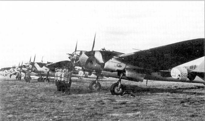 Трофейные СБ-2 из 2/LeLv 6 финских ВВС, весна 1942 год. В шеренге видны самолеты, обозначенные как SB-1, -11, -8, -9, -7, -10, -12 и -14. Перед бомбардировщиками выстроились экипажи.
