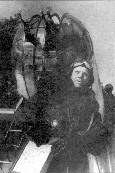 Штурман около СБ перед боевым вылетом. В зимний период эксплуатации самолетов СБ штурманам приходилось особенно туго из-за щелей для пулеметов в лобовой части самолета и отсутствия отопления кабины.